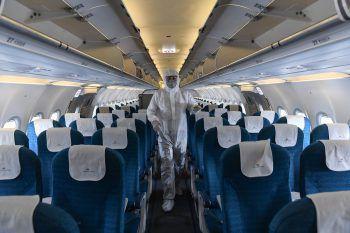 <p>Hanoi. Vorsorglich: Ein Mitarbeiter der Vietnam Airlines desinfiziert eine Flugzeugkabine.</p>