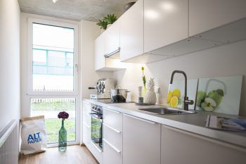 """<p class=""""caption"""">Helle Räume und ein freundliches Wohnkonzept machen die Wohnung zum Wohlfühlort.</p>"""