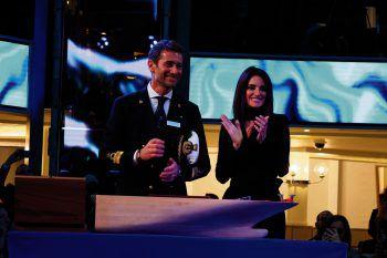 In Anwesenheit des Kapitäns der Costa Smeralda, Paolo Benini, durchschnitt die spanische Taufpatin Penélope Cruz das Band und übernahm das traditionellen Brechen der Flasche am den Bug des Schiffes.