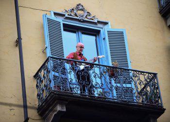 """Italien. Zeichen setzen: Beim """"Flashmob sonoro"""" (klingender Flashmob) musizierten Tausende Italiener Freitagabend zeitgleich auf ihren Balkonen und bei offenen Fenstern. Millionen müssen wegen des Coronavirus zuhause bleiben."""