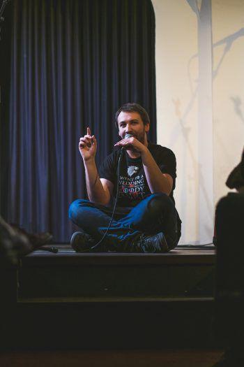 Ivica Mijajlovic ist zweifacher Vorarlberger Landesmeister im Poetry Slam und Buchautor. Foto: Christian Hirschmann