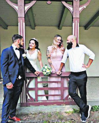 """<p class=""""caption"""">Janine und Fabiane mit ihren Ehepartnern Nico und Adrian.</p>"""