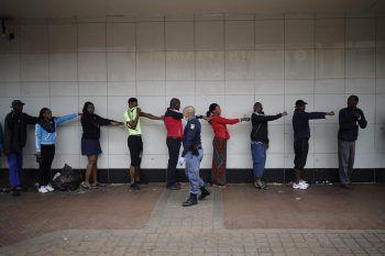 <p>Johannesburg. Instruktionen: So erklärt ein Polizist den Menschen, wie man am besten den erforderlichen Abstand einhalten kann.</p>