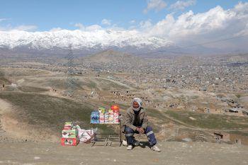 <p>Kabul. Wartend: Ein afghanischer Mann verkauft seine Ware an der Straße.</p>