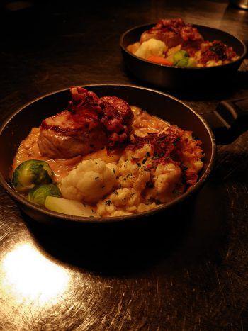 Kalbsrückensteak in Pilzrahmsauce mit Spätzle und Gemüse – garniert mit Speck und Käse. Robert Schweizer verwöhnt seine Gäste im Gemsle.