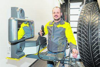 KFZ-Meister Stefan kann mit der Vermessungsanlage kontaktlos die Radstellung messen.Foto: handout/ÖAMTC (DarMarWorld)