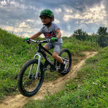"""<p class=""""title"""">Kinderräder</p><p>Die Marke """"Woom"""" ist Vorreiter bei der Produktion von Kinderrädern und unschlagbar, was Preis, Qualität und Leichtigkeit anbelangt. """"Woom"""" gibt es in sämtlichen Größen.</p>"""