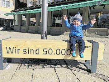 Klein und Groß freuen sich, die Zahl 50.000 geknackt zu haben. Zu diesem Anlass hat sich das Stadtmarketing etwas besonderes ausgedacht. Fotos: handout Stadtmarketing Dornbirn
