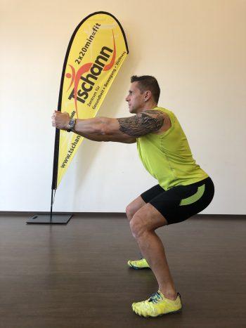 Kniebeuge              Ausgangslage: Schulterbreiter Stand, Zehenspitzen leicht nach außen drehen. Durchführung: Langsam nach unten gehen, Knie beugen und Gesäß nach hinten absetzen, dabei darauf achten, dass die Knie nicht vor die Zehenspitzen kommen. Rücken gerade richten, Brust rausstrecken, Ferse am Boden fixieren.