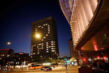 Kopenhagen. Botschaft: Das SAS-Hotel setzt während der Corona-Krise mit einem riesigen Herz ein Zeichen. Fotos: AFP, APA, AP, Reuters, dpa