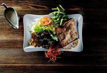 """<p class=""""caption"""">Leichte Kost, schwer-lecker: Der Fitnesssalat im Schnitzelbär. Frisch zubereitet mit dem Dressing nach Wahl.</p>"""