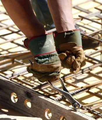 """""""Leistbares Wohnen"""": Auch im Handwerksbereich könnten mit gezielten Maßnahmen Kosten eingespart werden. Fotos: RIVA home, WKV, APA"""