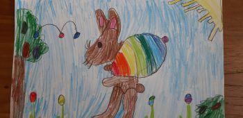 """<p class=""""caption"""">Lena (9) zeichnete den Osterhasen mit einem riesigen Eierrucksack! </p>"""