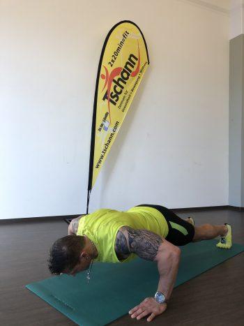 """<p class=""""title"""">               Liegestütze             </p><p>Ausgangslage: Liegestützposition mit angewinkelten oder gestreckten Knien, Hände neben die Schultern und leicht nach innen gedreht, Körperspannung aufbauen.</p><p>Durchführung: Körper in einer Linie bis knapp über den Boden absenken und erneut wieder vom Boden abdrücken, das Becken muss dabei stabil bleiben.</p><p />"""
