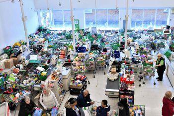 <p>London. Konsumwahnsinn: Hamsterkäufe in Großbritannien. In diesem Londoner Einkaufszentrum ist kaum noch Platz für die beladenen Einkaufswägen. Fotos: AFP, APA, AP, Reuters, dpa</p>