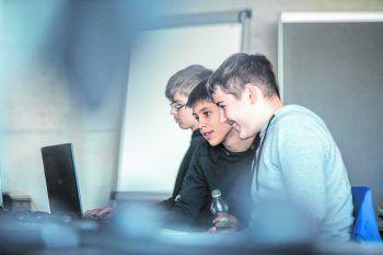 """<p class=""""caption"""">Mädels und Jungs meistern in Teams spannende Challenges.</p>"""