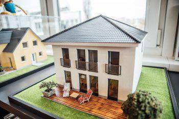 MassivbauTown & Country Haus hat sich auf den Massivbau spezialisiert. Massivhäuser bieten hohen Komfort bei geringem Unterhaltsaufwand. Die massiven Decken und Wände halten im Winter die Wärme im Haus und wirken im Sommer als Hitzepuffer. Sie regulieren Feuchtigkeit und sind frei von Schadstoffen.