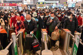 """Menschenmassen in der U-Bahn: Der """"Alltag"""" ist in Wuhan wieder eingekehrt. Foto: AP"""