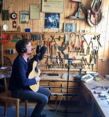 Musiker Phillip Lingg vertreibt sich die Zeit in seiner 'Soundwerkstatt'. Fotos: handout/privat
