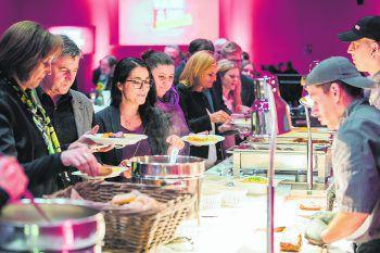 """<p class=""""caption"""">Nach der Verleihung konnten sich die Gäste über kulinarische Köstlichkeiten freuen und neue Kontakte knüpfen.</p>"""