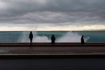 <p>Nizza. Aufgepeitscht: Meterhohe Wellen schlagen gegen die Promenade der Stadt an der französischen Riviera.</p>