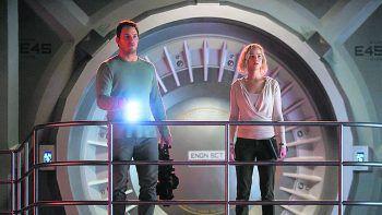 """<p class=""""title"""">Passengers</p><p>Film. Während einer Routinereise durch das All zu einem neuen Heimatplaneten erwachen zwei Passagiere aufgrund einer Fehlfunktion ihres Raumschiffs 90 Jahre zu früh aus dem Kälteschlaf, in den sie versetzt worden sind. Mit Jennifer Lawrence und Chris Pratt. Ab 5. April.</p>"""