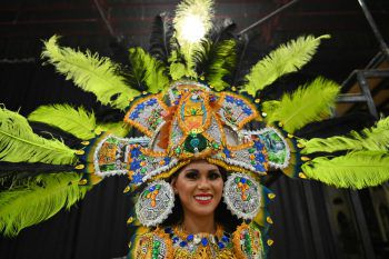 """<p>Pattaya. Pompös: Eine Teilnehmerin zur</p><p>""""Miss International Queen 2020"""" trägt einen auffälligen Kopfschmuck.</p>"""