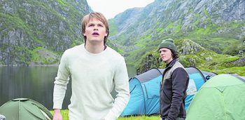 """RagnarökSerie. In einer norwegischen Kleinstadt spüren die Menschen die Folgen des Klimawandels – oder sind es die Folgen krummer Geschäfte einer Firma? Und was hat diese mit Göttern und Riesen zu tun? """"Ragnarök"""" bietet Spannung pur und Staffel 2 ist schon in Arbeit."""