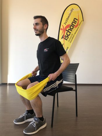 """<p class=""""title"""">               Rudern sitzend              </p><p>Ausgangslage: Aufrechter Sitz mit dem Oberkörper leicht vorgebeugt und dem Rücken gerade.</p><p>Durchführung: Das Handtuch an beiden Beinen einhängen und mit beiden Händen zum Körper ziehen. Die Schulterblätter zusammenziehen, die Schultern gesenkt halten – perfekt für den breiten und oberen Rückenmuskel sowie den hinteren Schulterkopf.</p>"""