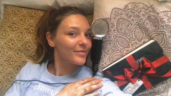 """<p class=""""caption"""">Sängerin Lisa Aberer versinkt in einem guten Buch und macht natürlich eine Menge Musik.</p>"""