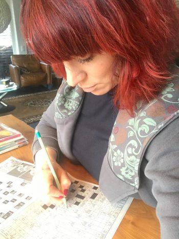 """<p class=""""caption"""">Sängerin Nina Fleisch löst ein Kreuzworträtsel nach dem anderen.</p>"""