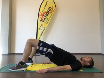 """<p class=""""title"""">               Schulterbrücke liegend              </p><p>Ausgangslage: Hände neben der Hüfte ablegen, Beine anwinkeln.</p><p>Durchführung: Becken anheben, bis der Körper von der Schulter zum Knie eine Linie bildet, Gesäß und Bauch dabei angespannt halten. Position oben kurz halten und beim nach Unten gehen Becken nicht ganz absetzen. Fotos: handout/Gesundheitszentrum Tschann</p>"""