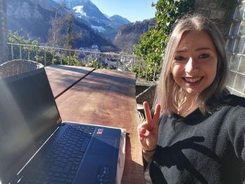 """<p class=""""caption"""">Slam-Poetin Ines Strohmaier verbindet Home Office mit ihrer Leidenschaft zum Schreiben und zur Musik..</p>"""