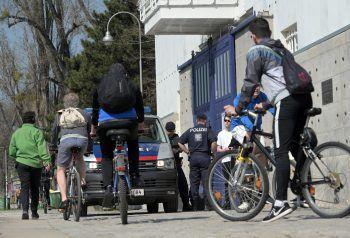 So wie hier in Wien könnten bald auch verbotene Treffen von Jugendlichen im Ländle von der Polizei aufgelöst werden – wenn diese die Feiernden denn erwischt.Foto: APA