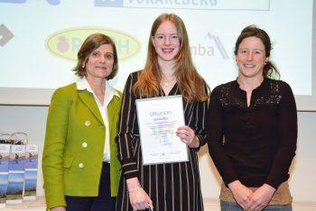 Sophia Böß (Mitte) belegte beim Fremdsprachenwettbewerb einen ersten Platz.Foto: handout/VLK