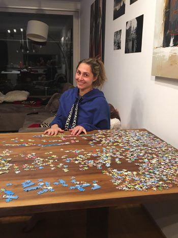 """<p class=""""caption"""">Tennis-Ass Tamira Paszek vertreibt sich die Zeit mit einem riesigen Puzzle.</p>"""