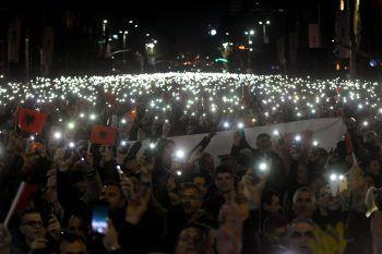 <p>Tirana. Lichtermeer: Tausende Albaner demonstrieren gegen die linksgerichtete Regierung und Premierminister Edi Rama.</p>