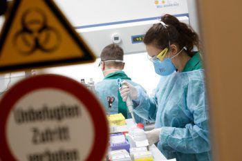 Weltweit beschäftigen sich Forscher mit der Corona-Krise. Univ.-Prof. Dr. Stadelmann rückt die Suche nach immunen Menschen in den Fokus.Fotos: Reuters, AP, Sams, Screenshot: Skype