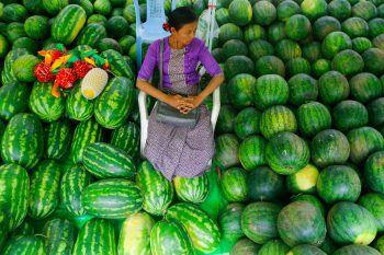 <p>Yangon. Fruchtig: Eine Frau sitzt inmitten von Wassermelonen bei einem fünftägigen Fest in Myanmar.</p>