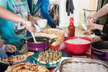 Zusammen kochen macht Spaß und Freude.