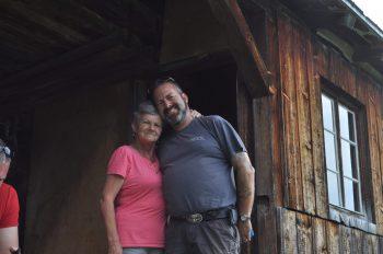 """<p class=""""caption"""">Enrico und seine Mama sind auch in schweren Zeiten immer füreinander da.</p>"""
