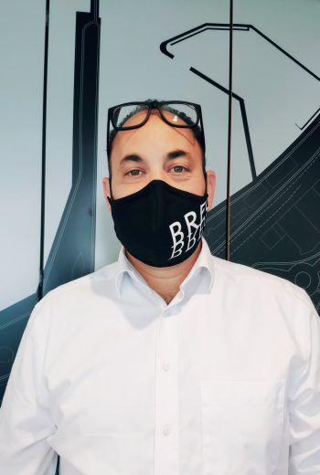 """<p>Niklas Keller, WIGEM Bregenz: """"Bregenz ist die ,mit Abstand' schönste Stadt am Bodensee. Wir sehen in unseren Geschäften immer mehr Kunden, die einen ausgefallenen und selbstgemachten Mundschutz tragen. Genau die wollen wir bei unserem Gewinnspiel sehen. Wir wünschen euch viel Glück!""""</p>"""