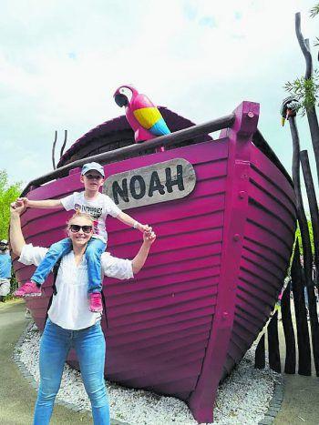 """<p class=""""caption"""">Noah: """"Meine Mama erfüllt mir immer so viele Wünsche. Hier sind wir im Playmobilland!""""</p>"""