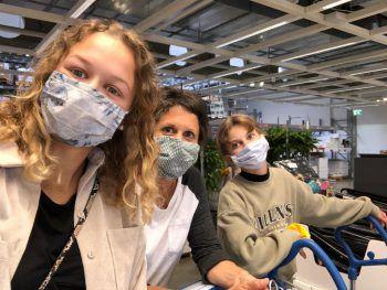 "<p class=""caption"">Shoppingday in Innsbruck: Marika und Ida mit Mama Claudia.</p>"