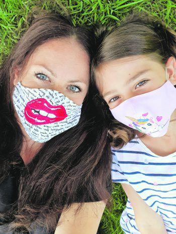 W&W-Redakteurin Mary und ihre Tochter Aylin haben sich von Oma Manuela ihre Masken besticken lassen – die fallen natürlich auf. Mach auch du beim Foto-Gewinnspiel mit und gewinn tolle Gutscheine!Fotos: W&W