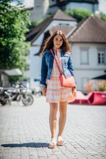 """ 1  WANN & WO-Model Lara trägt die kurze Jeansjacke von """"Replay"""" um 125 Euro statt 179,90 Euro. 2  Dazu kombiniert sie das Sommerkleid von """"flowers for friends"""": statt 149,90 Euro jetzt um 99 Euro erhältlich.  3  Die orangene Tasche von """"Calvin Klein"""", Preis: statt 84,90 Euro, jetzt um 59 Euro. Jeansjacke, Kleid sowie Tasche jetzt bei Façona erhältlich. 4  Die süßen """"Inouvo""""-Sandalen runden das Outfit ab. Preis: 89,99 Euro. Outfit gesehen bei Rosenberger Schuhe."""