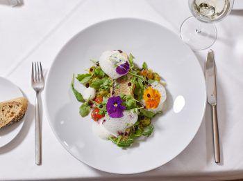 """<p class=""""caption"""">Ab dem 18. Juni verwöhnt das Küchenteam im Seehotel seine Gäste wieder mit ausgezeichneten Bodenseefischen. Dazu gibt es eine tolle Aussicht auf den Bodensee.</p>"""
