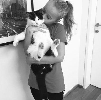 """<p class=""""caption"""">Alina mit ihrem geliebten Kater Felix.</p>"""
