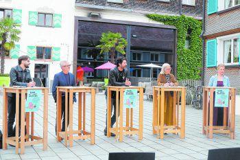 Am Dorfplatz in Bezau wurde die Flaniermeile feierlich eröffnet. Von links nach rechts: Joachim Kresser GF witus, BGM Gerhard Steurer, Alfred Vogel (Initiator und Intendant Bezau Beatz), KommR Theresia Fröwis (Schuh Fröwis) und Ellen Nenning (Hotel Gams).