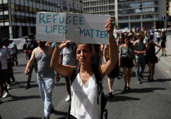 """<p>Athen. Mahnend: Anlässlich des """"Welt-Flüchtlings-Tags"""" setzt diese Frau ein Zeichen.</p>"""